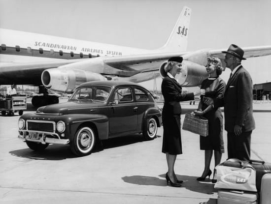 635px-SAS_DC-8-33,_on_the_ground,_Dan_Viking,1960s._Ground_hostess